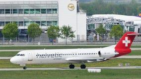 Avión de Helvetic Airways que lleva en taxi en el aeropuerto de Munich metrajes