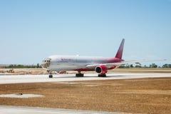 Avión de la línea aérea de Rusia en la pista del aeropuerto de Simferopol imagen de archivo libre de regalías