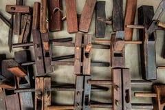 Avión de madera de la mano, objeto del carpintero del corte del tablón de la mano fotografía de archivo