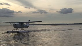Avión de mar en el agua que se mueve adelante almacen de metraje de vídeo
