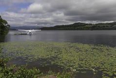 Avión de mar parqueado en Loch Lomond Foto de archivo libre de regalías
