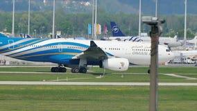 Avión de Oman Air que hace el taxi en pista