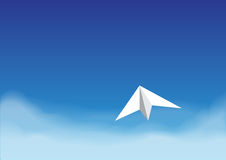 Avión de papel en el cielo azul brillante sobre la nube Imagen de archivo libre de regalías