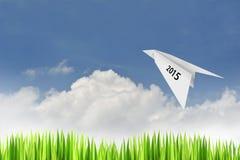 Avión de papel en fondo del cielo azul Fotografía de archivo