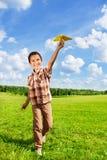 Avión de papel que lanza del muchacho feliz Foto de archivo libre de regalías
