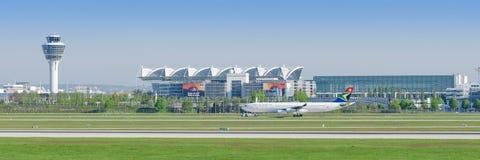 Avión de pasajeros Airbus A321 de las líneas aéreas de Lufthansa después de aterrizar en el aeropuerto de Munich Fotos de archivo libres de regalías