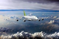 Avión de pasajeros blanco con la cola verde en vuelo Fotografía de archivo libre de regalías