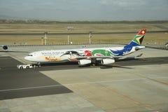 Avión de pasajeros brillantemente pintado Fotografía de archivo libre de regalías