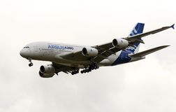 Avión de pasajeros civil moderno de Airbus Industrie A380 que saca para un vuelo de la versión parcial de programa en Zhukovsky d Imagen de archivo libre de regalías