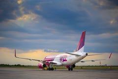 Avión de pasajeros comercial Airbus A320-232 W del avión de pasajeros de la línea aérea barata húngara de Wizz Air Imagenes de archivo