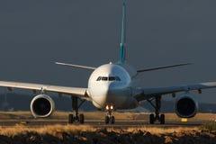 Avión de pasajeros comercial del jet en la pista en vista delantera Fotos de archivo