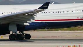 Avión de pasajeros comercial en la pista almacen de metraje de vídeo