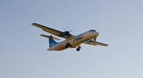 Avión de pasajeros comercial en vuelo Foto de archivo libre de regalías