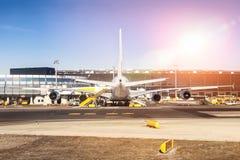 Avión de pasajeros comercial de fuselaje ancho grande durante la preparación del mantenimiento y del vuelo en el aeropuerto inter foto de archivo