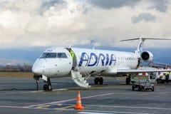 Avión de pasajeros comercial Jet Aircraft en el terminal de aeropuerto Fotografía de archivo