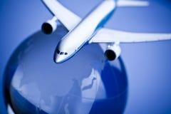 Avión de pasajeros con tierra en el fondo azul Imagenes de archivo