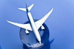 Avión de pasajeros con tierra en el fondo azul Foto de archivo