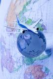 Avión de pasajeros con un globo Fotos de archivo