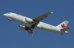 Avión de pasajeros de Air Canada Imagenes de archivo