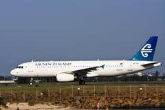 Avión de pasajeros de Air New Zealand Airbus A320 en el cauce imagen de archivo libre de regalías
