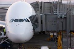 Avión de pasajeros de Airbus A380 atracado para el embarque. Fotos de archivo
