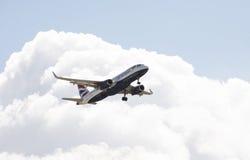 Avión de pasajeros de los VAGOS en acercamiento final a la tierra Imagen de archivo