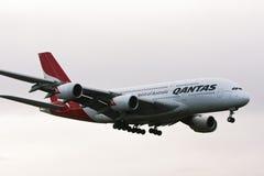 Avión de pasajeros de Qantas Airbus A380 en vuelo. Foto de archivo libre de regalías