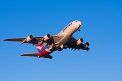 Avión de pasajeros de Qantas Airbus A380 en vuelo Imagen de archivo libre de regalías
