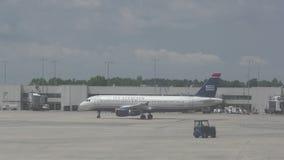 Avión de pasajeros de US Airways en 4K almacen de video