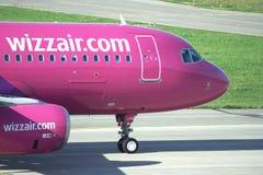 Avión de pasajeros de Wizzair durante el rodillo del taxi Imagen de archivo libre de regalías