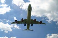 Avión de pasajeros del aterrizaje Imágenes de archivo libres de regalías