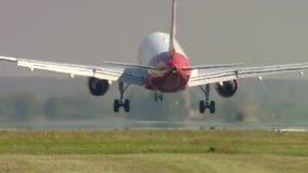 Avión de pasajeros del aterrizaje en Otopeni Bucarest metrajes