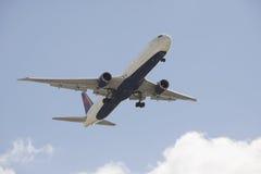 Avión de pasajeros del delta 767 Imagenes de archivo
