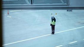 Avión de pasajeros del International de Signaling Showing Direction del mariscal de la gente de personal del aeropuerto almacen de metraje de vídeo