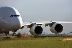 Avión de pasajeros del jet de Airbus A380 en cauce Fotos de archivo