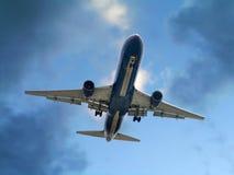 Avión de pasajeros del jet en acercamiento final imagen de archivo