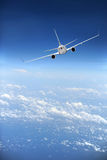 Avión de pasajeros del jet en vuelo Imagenes de archivo