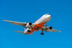 Avión de pasajeros del pasajero de Jetstar que viene adentro aterrizar Imagen de archivo