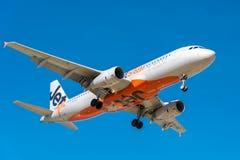 Avión de pasajeros del pasajero de Jetstar que viene adentro aterrizar Foto de archivo