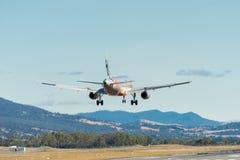 Avión de pasajeros del pasajero de Jetstar que viene adentro aterrizar Imagen de archivo libre de regalías
