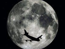 Avión de pasajeros delante de la luna Foto de archivo