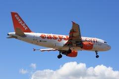 Avión de pasajeros durante el aterrizaje Imagen de archivo libre de regalías