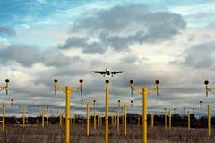 Avión de pasajeros en acercamiento final Imagen de archivo libre de regalías