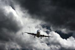 Avión de pasajeros en acercamiento final Fotos de archivo