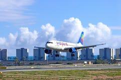 Avión de pasajeros en acercamiento final Fotografía de archivo