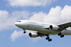 Avión de pasajeros en acercamiento a la tierra Fotografía de archivo libre de regalías
