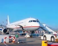 Avión de pasajeros en el aeropuerto Imágenes de archivo libres de regalías