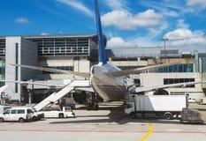Avión de pasajeros en el aeropuerto Imagen de archivo libre de regalías