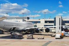 Avión de pasajeros en el aeropuerto Foto de archivo libre de regalías