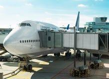Avión de pasajeros en el aeropuerto Fotos de archivo